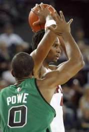 Leon Powe guarding Chris Bosch